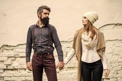 Couples élégants dans l'amour Les jeunes couples s'approchent du mur Photographie stock libre de droits