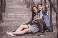 Couples élégants dans la ville Images libres de droits
