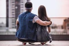 Couples élégants dans la ville Photographie stock libre de droits