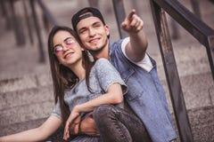 Couples élégants dans la ville Photo stock