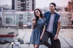Couples élégants dans la ville Photographie stock
