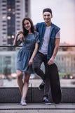 Couples élégants dans la ville Photo libre de droits