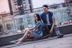 Couples élégants dans la ville Photos libres de droits