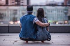Couples élégants dans la ville Image stock