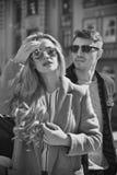 Couples élégants dans le séjour de lunettes de soleil à la rue photos libres de droits