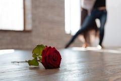 Couples élégants de danse tangoing à la salle de bal Photo libre de droits