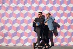 Couples élégants de hippie posant sur la rue Photographie stock