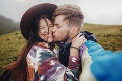 Couples élégants de voyageur prenant la photo de selfie en montagnes Hipste Photographie stock