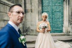 Couples élégants des nouveaux mariés heureux marchant en parc sur leur W photos libres de droits