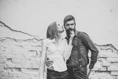 Couples élégants Deux personnes s'approchent du mur Image libre de droits