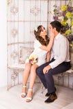 Couples élégants heureux étreignant et se reposant sur le fond de l'intérieur de luxe Image stock