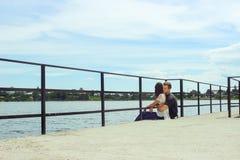 Couples élégants heureux étreignant sur le pilier, détendant et rêvant dans s Image libre de droits