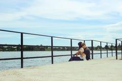 Couples élégants heureux étreignant sur le pilier, détendant et rêvant dans s Images libres de droits