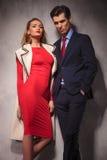 Couples élégants se tenant ensemble dans le studio Images libres de droits
