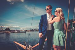 Couples élégants sur un yacht Photo stock