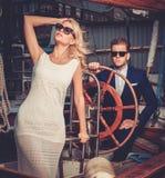 Couples élégants sur un yacht Photographie stock libre de droits