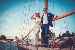 Couples élégants sur un yacht Image libre de droits