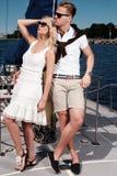 Couples élégants sur un yacht Photos libres de droits