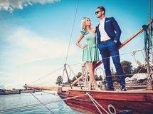 Couples élégants sur un yacht Image stock