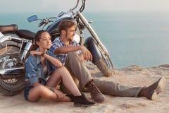 Couples élégants sur une moto Photo stock