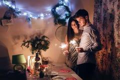 Couples élégants tenant la lumière de Bengale de cierge magique et le celebra brûlants Photographie stock libre de droits