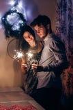 Couples élégants tenant la lumière de Bengale de cierge magique et le celebra brûlants Photo stock