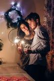 Couples élégants tenant la lumière de Bengale de cierge magique et le celebra brûlants Images stock