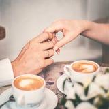 Couples émouvants d'amour de mains Photo libre de droits