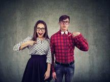 Couples étonnés se dirigeant à lui-même image libre de droits