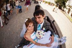Couples étonnants étreignant et se souriant sur le fond Lviv Images libres de droits