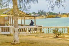 Couples étreignant à la barre rustique Ballenita Equateur Photos libres de droits