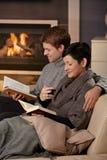 Couples étreignant à la maison Images stock