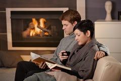 Couples étreignant à la maison Photographie stock libre de droits