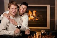 Couples étreignant à la maison Photo libre de droits