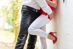 Couples étreignant avec amour Photo stock