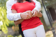 Couples étreignant avec amour Photographie stock libre de droits
