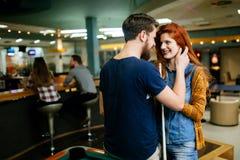 Couples étreignant dans la barre de billard Images stock