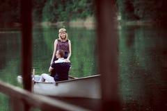 Couples étreignant dans le bateau Images libres de droits