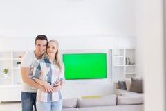 Couples étreignant dans leur nouvelle maison images stock