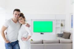Couples étreignant dans leur nouvelle maison photo stock
