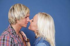 Couples étreignant des jeunes de tenue de détente Photo stock