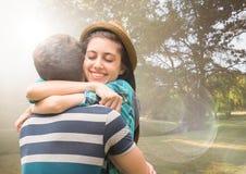 Couples étreignant en parc trouble avec des fusées Photographie stock