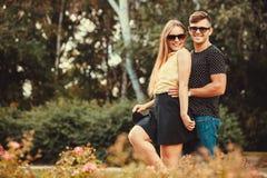 Couples étreignant en stationnement Photo stock