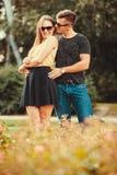 Couples étreignant en stationnement Photographie stock libre de droits