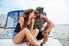 Couples étreignant et embrassant sur le bateau Photographie stock