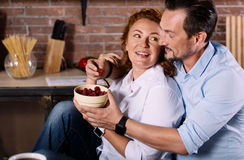 Couples étreignant et mangeant des baies Images stock