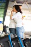 Couples étreignant l'aéroport médian Image libre de droits