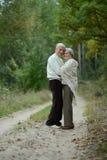 couples étreignant l'aîné Photo stock