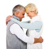 couples étreignant l'aîné Images stock