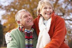 couples étreignant l'aîné de verticale Image libre de droits